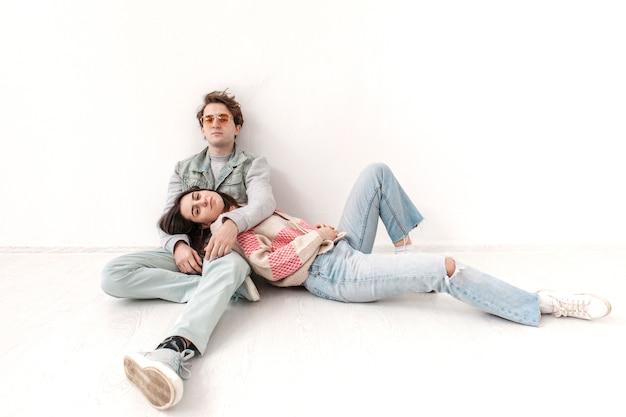 Сидящие друзья подростка