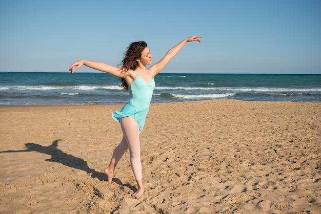Девочка-подросток танцует на открытом воздухе