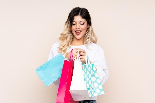 ショッピングバッグを持って驚いたティーンエイジャーの女の子