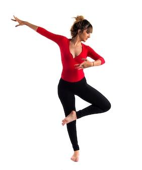 Подросток девочка прыгает в стиле уличного танца