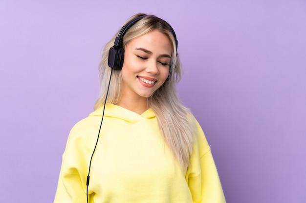 보라색 벽 듣는 음악을 통해 십 대 소녀