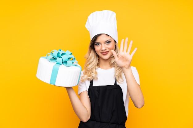 Девушка-подросток из теста держит большой торт