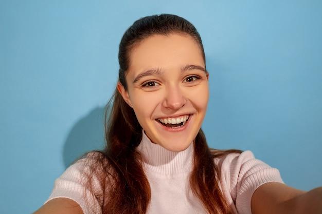 Ragazza adolescente in posa e prendendo per selfie