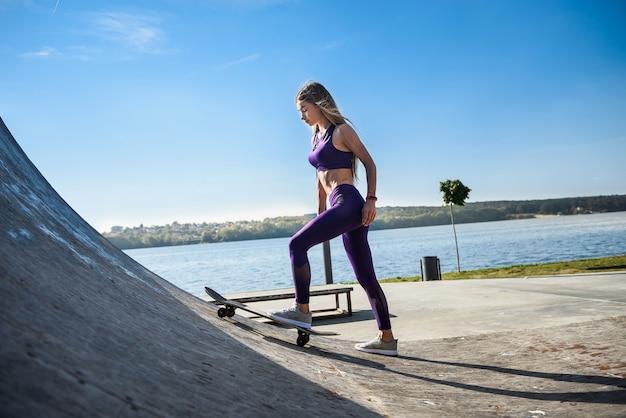 십 대 소녀는 그녀의 스케이트 보드를 타고. 건강한 생활