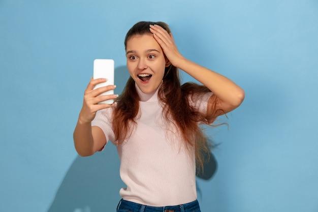 십 대 소녀 복용 selfie