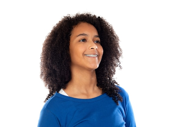 Девушка-подросток в синем свитере, изолированном на белой стене
