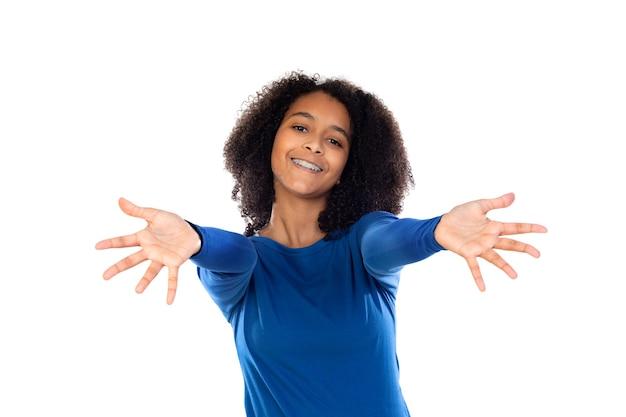 Девушка-подросток с афро-волосами в синем свитере изолирована