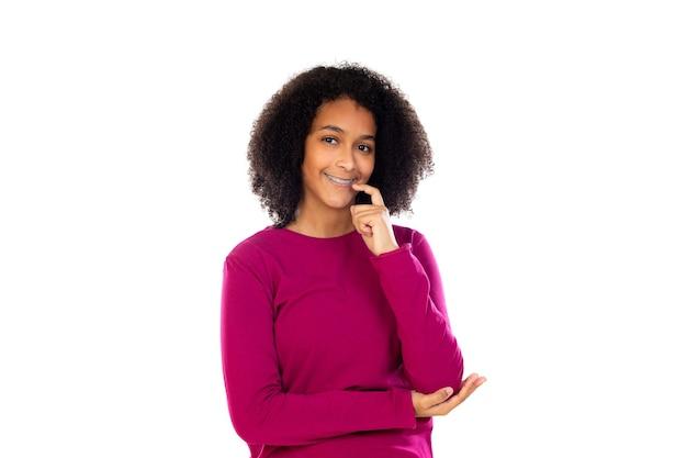 Девушка-подросток с афро-волосами в розовом свитере изолирована