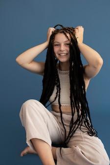 히피 옷과 향취를 가진 10대 소녀 무료 사진