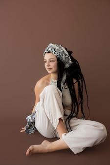 Ragazza adolescente con vestiti hippie e dreadlocks