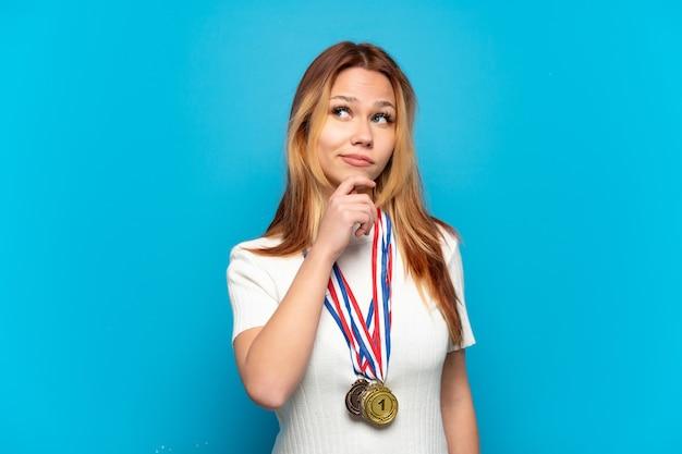 격리 된 배경 위에 메달을 찾고 10 대 소녀