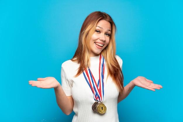 놀란 표정으로 고립 된 배경 위에 메달을 가진 10 대 소녀