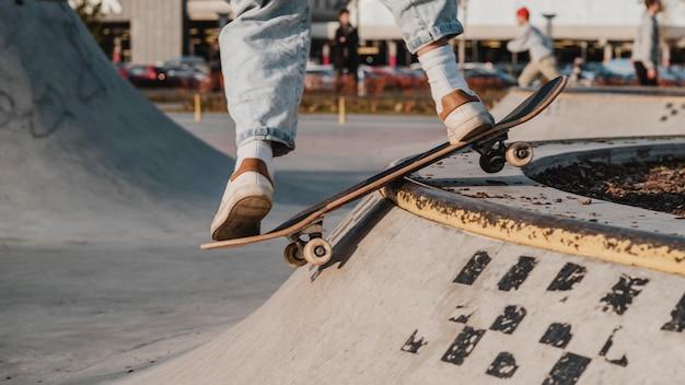 Подросток веселится в скейтпарке