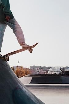 Подросток развлекается со скейтбордом в парке и копирует пространство