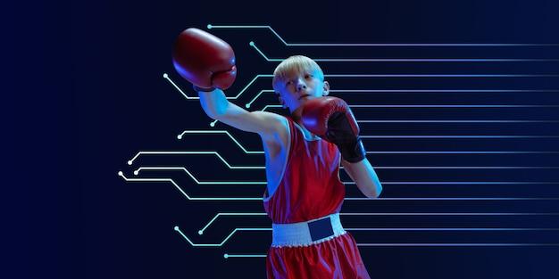 네온 불빛에 파란색 스튜디오 배경에 고립 된 스포츠 복싱에 10 대. 초심자 남성 백인 권투 선수는 열심히 훈련하고 운동하고 발로 찼습니다. 네온 현대 미술품, 표지, 전단지가 디자인되었습니다.