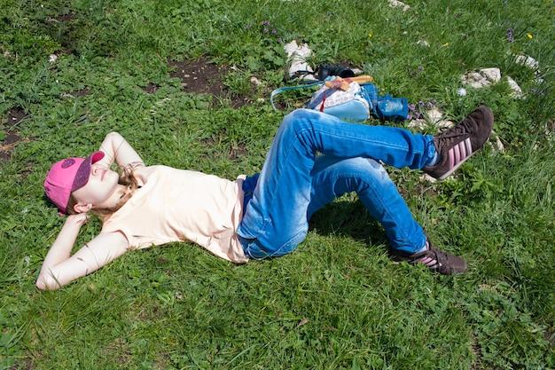 녹색 잔디에 십 대 거짓말