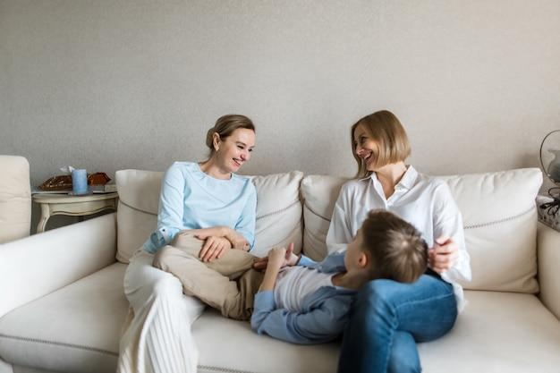 Подросток лежит на коленях у взрослой женщины