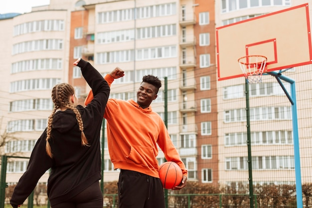 一緒にバスケットボールをするティーンエイジャー