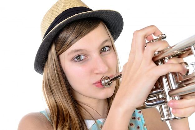 Подросток играет на трубе Premium Фотографии
