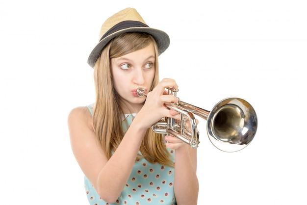 Подросток играет на трубе