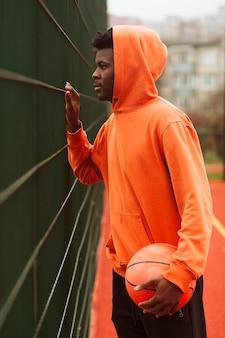 Adolescente in posa al campo da basket