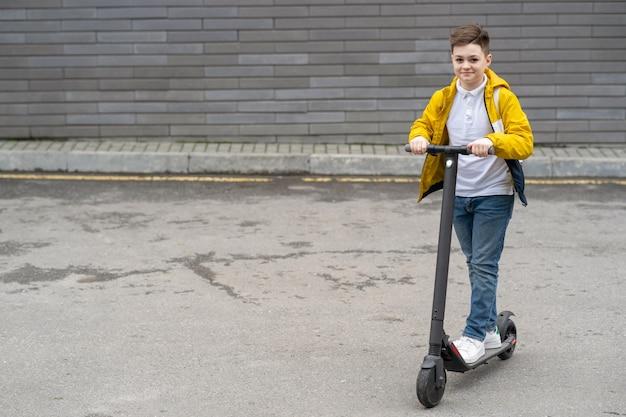 ティーンエイジャーは電動スクーターに乗る