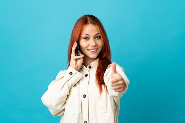 10代のロシアの女の子が携帯電話との会話を維持して孤立