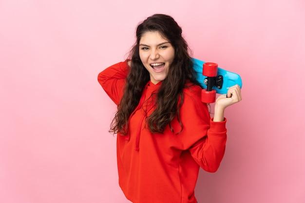 Русская девушка-подросток, изолированные на розовой стене с коньком