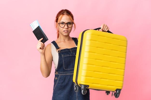 Русская девушка-подросток изолирована несчастной в отпуске с чемоданом и паспортом