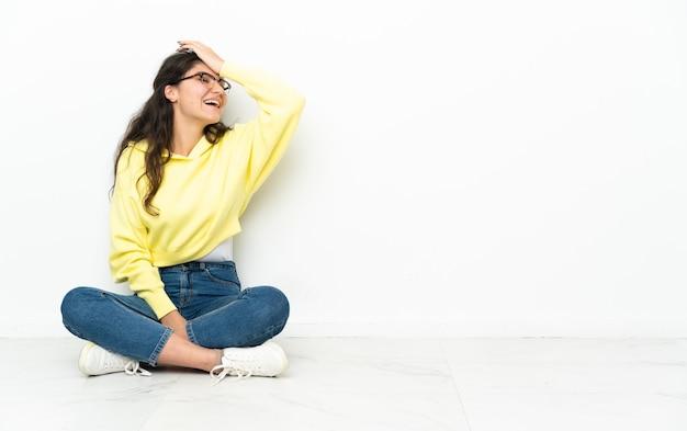 Русская девушка-подросток, сидящая на полу, кое-что поняла и намеревается решить