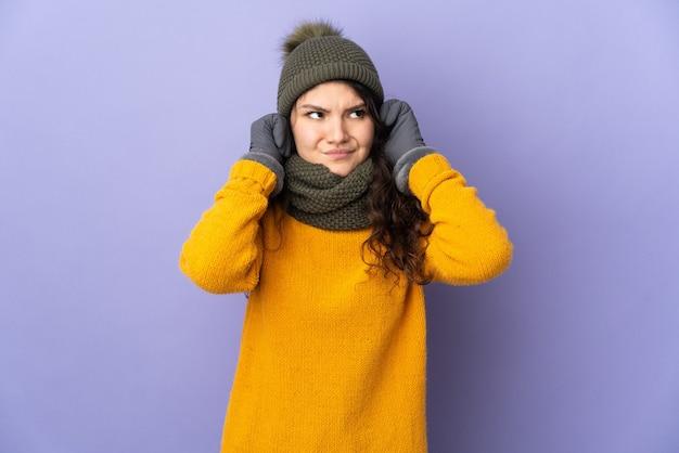 고립 된 겨울 모자와 십 대 러시아 소녀