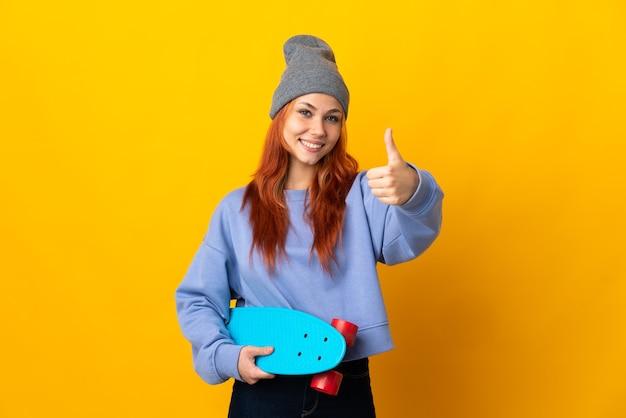 Русская фигуристка-подросток на желтом с большими пальцами руки вверх, потому что случилось что-то хорошее