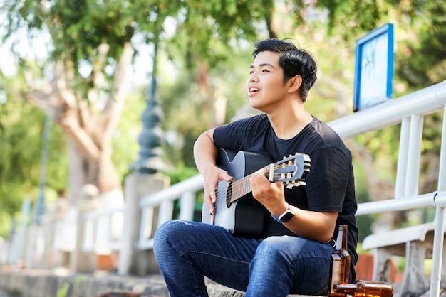 10代の歌とギターを弾く