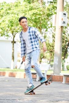 Подростковый скейтбординг в городе