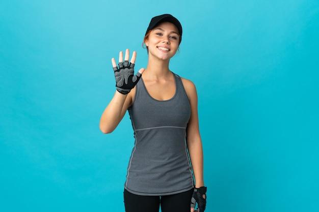 Подростковая спортивная русская девушка изолирована, считая пять пальцами