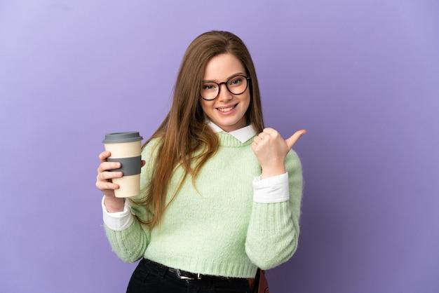 Девушка-подросток студент на изолированном фиолетовом фоне, указывая в сторону, чтобы представить продукт
