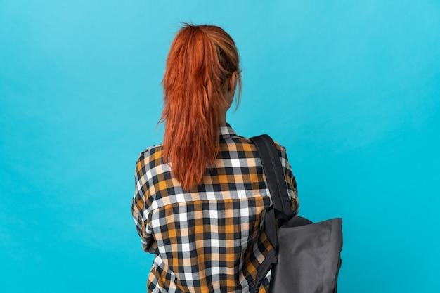 10代の学生ロシアの女の子が後ろの位置で青に分離