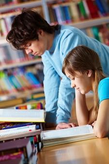 Adolescente a studiare per l'esame