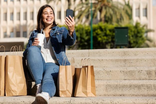 십 대 야외에서 selfie 이야기