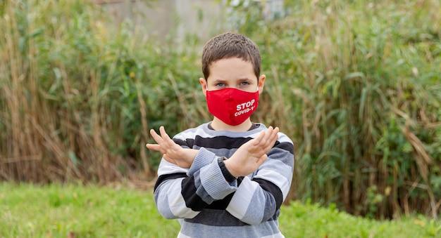 자신을 보호하기 위해 얼굴 마스크를 쓰고 십 대 십 대 남자 아이