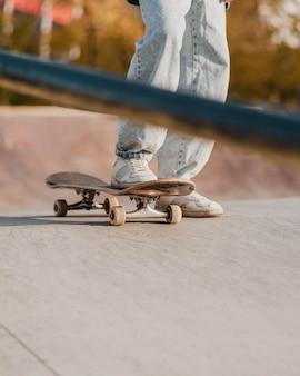 Adolescente che utilizza lo skateboard al parco