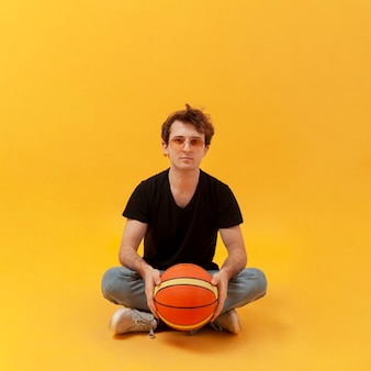 Подросток с баскетбольным мячом