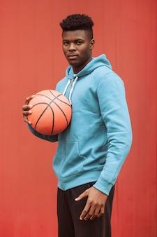 Adolescente con una palla da basket