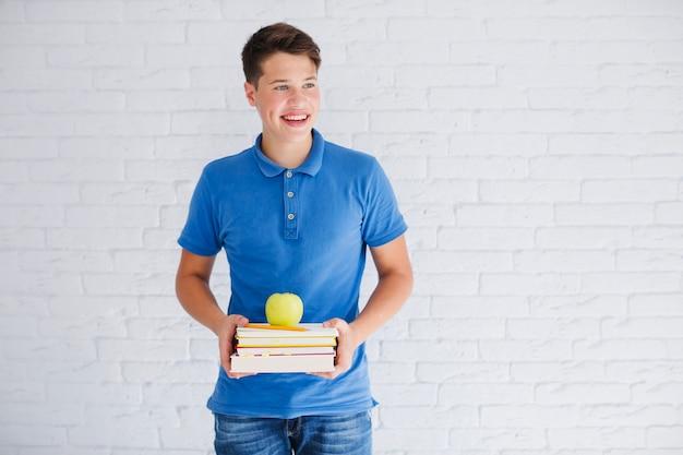Adolescente con libri che cercano via
