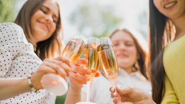 Adolescente con bicchieri di champagne