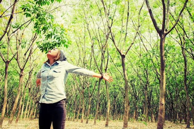 Adolescente con le braccia aperte in natura