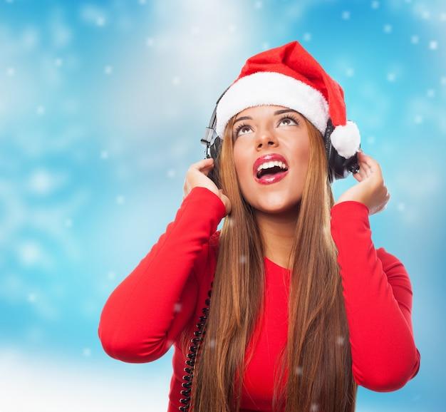 음악을 듣고 산타 모자와 십 대