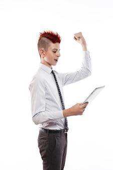 Подросток с планшетным компьютером