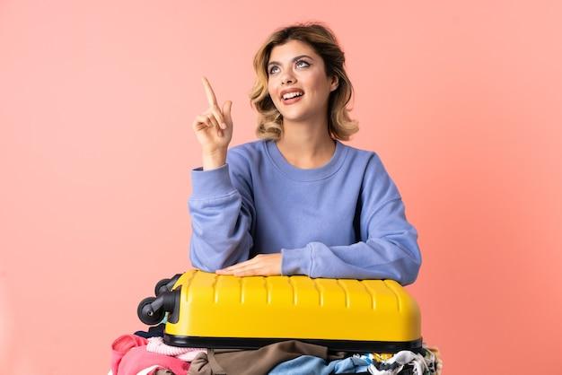 Женщина-подросток с салатом изолирована на синем, указывая вверх отличную идею