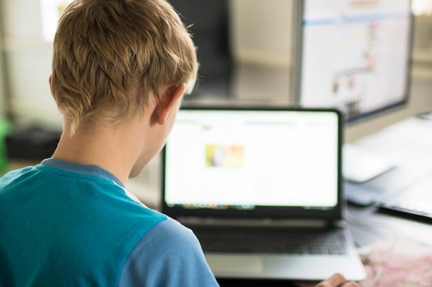 집에서 컴퓨터에서 일하는 10대